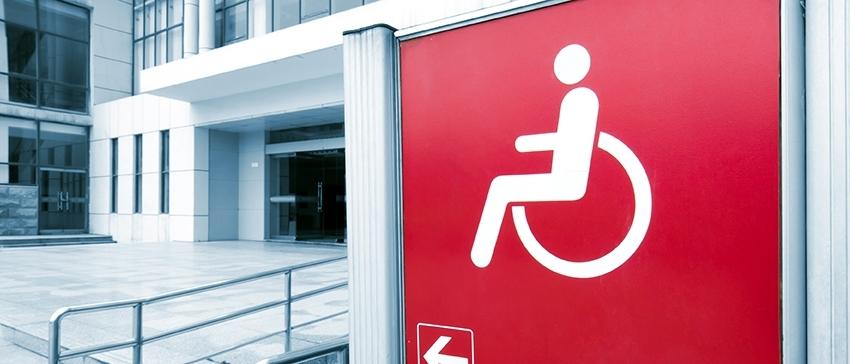 Fotografía de una señal que indica la entrada para discapacitados
