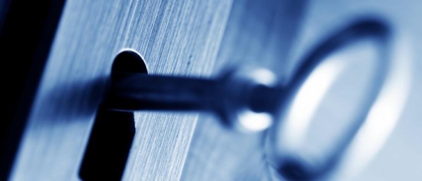 Fotografía de una llave en una cerradura