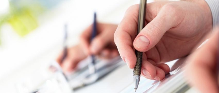 Fotografía de personas escribiendo