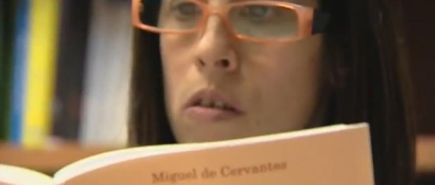 Fotografía de una joven leyendo