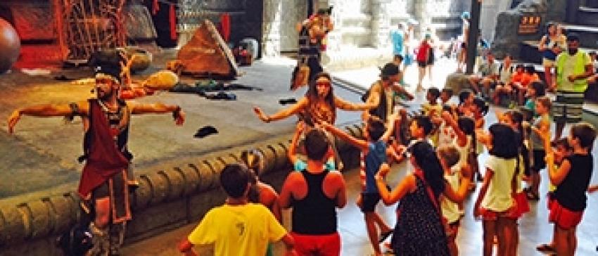El grupo de la escuela de verano de ¡Akí hay Kaló! en Dos Hermanas disfruta de su salida al parque de Isla Mágica / Unión Romaní