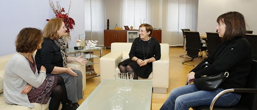 La presidenta de COCEMFE Cantabria, Mar Arruti en su encuentro de carácter institucional con la consejera de Sanidad, María Luisa Real