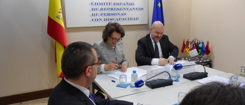 Fotografía: Isabel Oriol, presidenta de la AECC y Paco Cayo, presidente de CERMI, en el momento de la firma