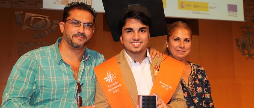 Participante del programa de apoyo y refuerzo educativo Promociona y posa junto a sus padres en la ceremonia de Graduado en ESO. Financiado a cargo del IRPF. Fundación Secretariado Gitano