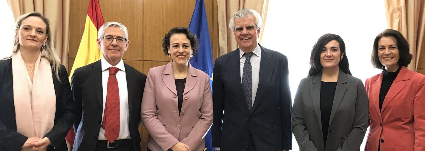 Miembros de la AECC y APROMESS junto a la Ministra de Trabajo, Migraciones y Seguridad Social