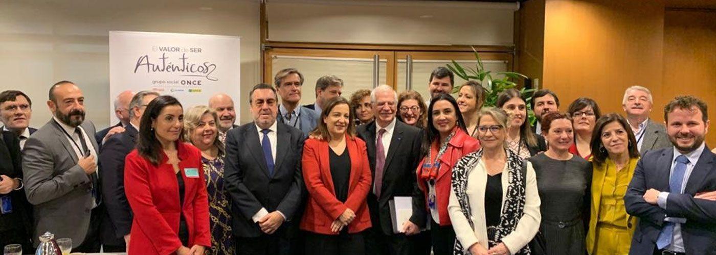 © Grupo Social ONCE. La delegación del Grupo Social ONCE, junto a varios europarlamentarios, entre ellos Josep Borrell